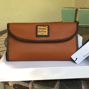 NWT** Dooney & Bourke- Patterson Leather Clutch